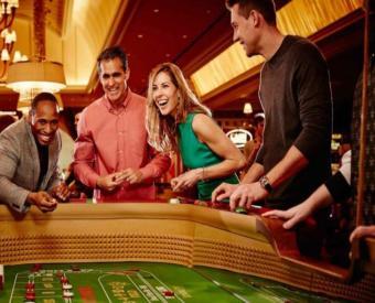 Ihmisiä heittämässä noppaa kasinolla